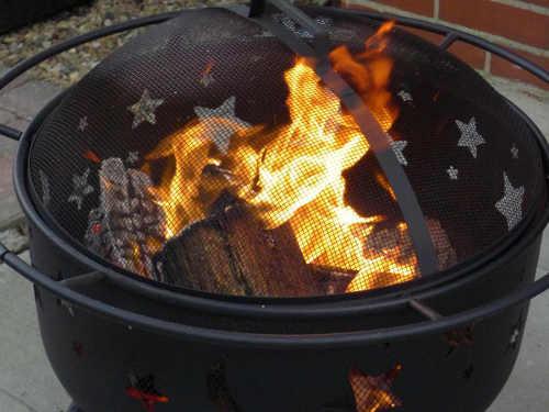 Přenosný koš na oheň s dekorativními otvoryPřenosný koš na oheň s dekorativními otvory