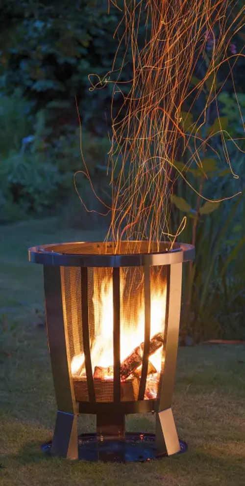 Romantická atmosféra díky ohništi na zahradě