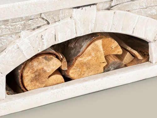 Ukládací prostor na dřevo v kamenném zahradním krbu ohniště