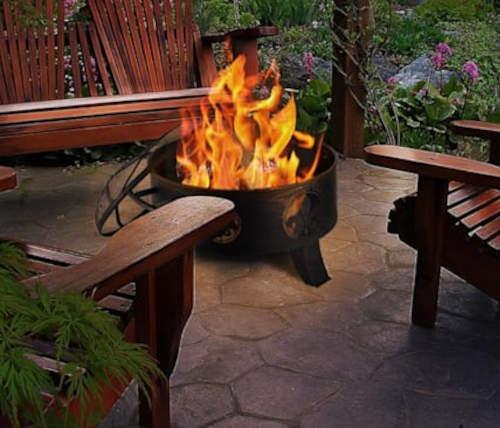 Přenosné kovové ohniště vhodné na terasu