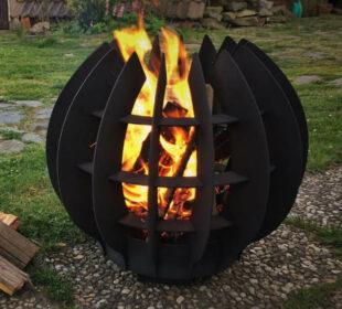 Přenosné kovové ohniště ve tvaru uzavřeného květu